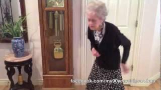 Poprosiła wnuczka, by z nią zatańczył. Kiedy odmówił 90-latce, pokazała mu, jak się to robi!
