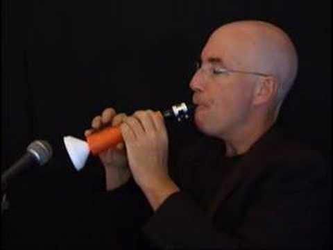 Linsey Pollak nous montre à travers cette vidéo comment faire une clarinette avec une carotte !