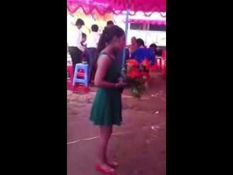 """Một cô gái xinh đẹp hát """"Trách Ai Vô Tình"""" trong đám cưới người yêu cũ"""