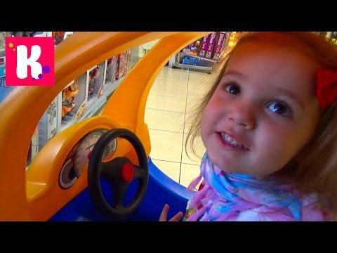 Влог магазин игрушек. Смотрим куклы, покупаем пони. Играем на детской площадке (видео)