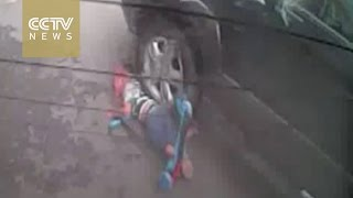 صرخة صاحب محل تنقذ طفل من الموت