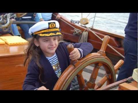 Die siebenjährige Sängerin Sissi präsentiert Ihr