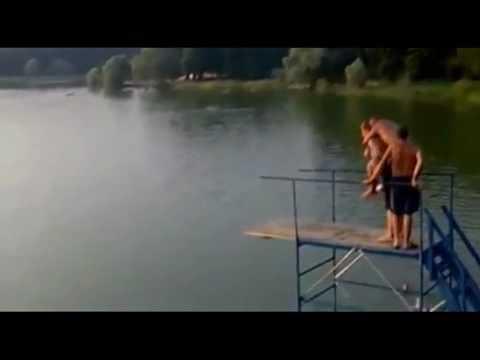 最瘋狂的跳水!女生直接被嚇到天上去了!!