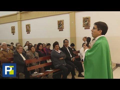 A punta de chistes, sacerdote peruano llama la atención de sus fieles para que asistan a misa