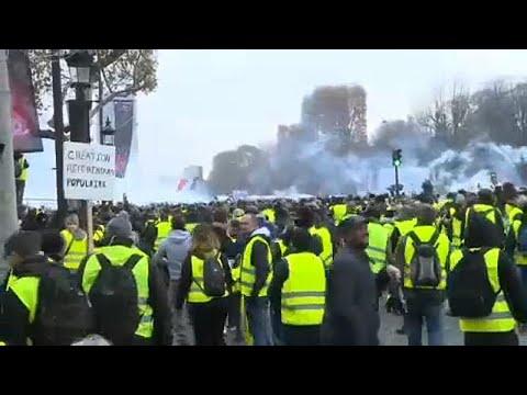 Γαλλία: «Πλημμύρισαν» το Παρίσι τα «κίτρινα γιλέκα»