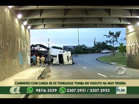 Caminhão com carga de 05 toneladas toma em passagem de nível na Max Texeira