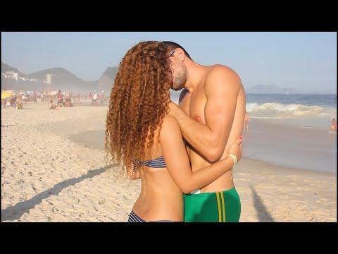 Видео лапают на пляже правы