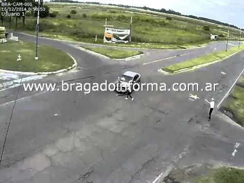 Camión aplasta auto