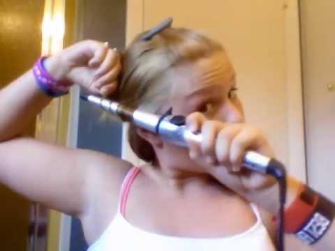 Flicka råkar bränna håret med locktång