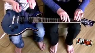 Музыкальная пауза на портале - Клавишник и ударник играют на гитаре