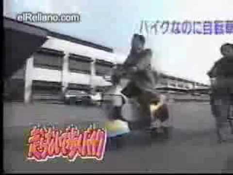un anziano guida la moto con i piedi in autostrada!