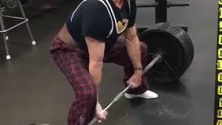 89-letni dziadek pokazuje swoją moc na siłowni. Niejeden by przy tym wymiękł