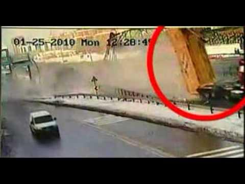 超恐怖!一台大卡車直接撞爛天橋,天橋上面還有兩位行人!