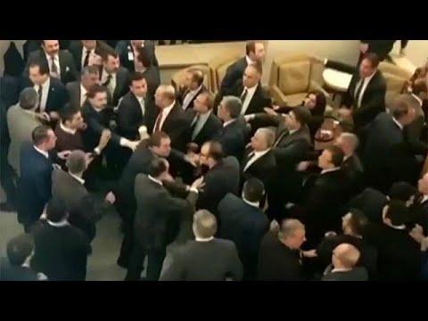 Τουρκία: Πεδίο μάχης το Κοινοβούλιο
