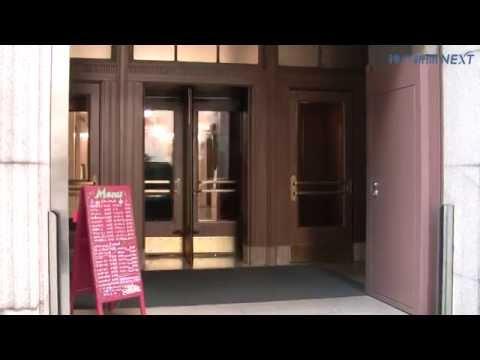 神戸のレトロビル、手動回転扉を改良