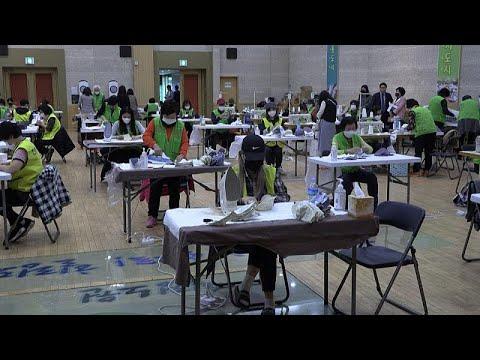 Σεούλ: Εθελοντές φτιάχνουν μάσκες προστασίας από τον Covid-19…