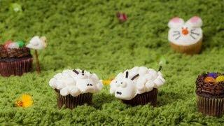 Décorer des petits gâteaux pour la fête de Pâques