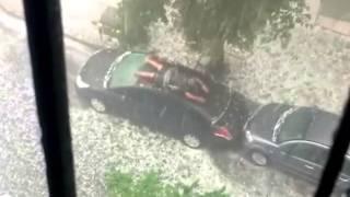 Chuva de Granizo Louca... E Homem Louco Tentando Proteger seu Carro