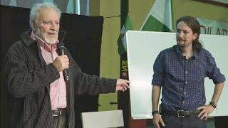 Julio Anguita sorprende a Pablo Iglesias en mitin de PODEMOS