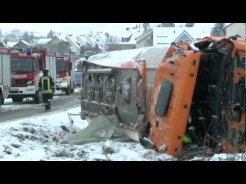 Ehringen: Tanklaster bei Glätte umgekippt