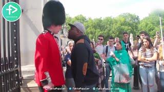 Video Ketika Wisatawan Ganggu Tentara Ratu Inggris, Tak Diduga Penjaga Melakukan Hal ini... MP3, 3GP, MP4, WEBM, AVI, FLV Februari 2019
