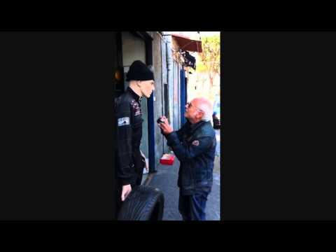 un anziano litiga con un manichino!