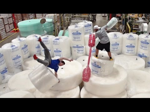 Bubble Wrap Battle | Dude Perfect (видео)
