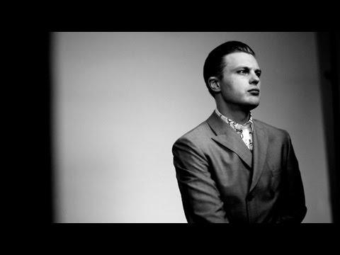 Michael Pitt pour Prada homme  Avenue MontaigneAvenue Montaigne