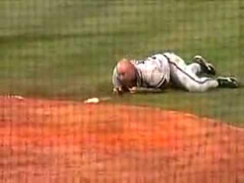 這位棒球教練抗議方式太猛啦,居然把壘包都丟了!