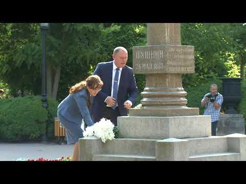 Președintele Igor Dodon a depus flori la bustul marelui poet rus Alexandr Pușkin