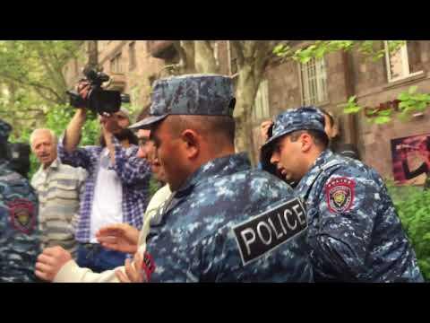 Կեսօրին ոստիկանները Ազատության պողոտայից բռնի ուժով միկրոավտոբուսով բերման ենթարկեցին ցուցարարներին - DomaVideo.Ru