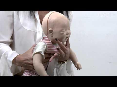 Saiba como agir quando um bebê engasga