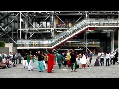 FLASHMOB BOLLYWOOD - PARIS PLACE BEAUBOURG - FRANCE - 2012