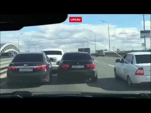 В Москве свадебный кортеж во главе с Rolls-Royce заблокировал движение