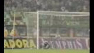 Trifon Ivanov versucht´s aus 60 Metern gegen Sturm Graz