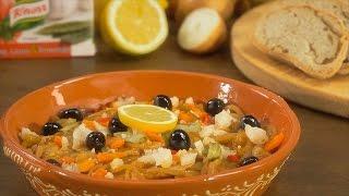 Dissolva a barra Knorr® tempero de Alho, Louro e Pimentão no vinho branco, deite sobre as bifanas e deixe marinar.
