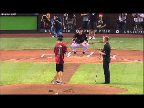 Blind kille får göra öppningskastet i baseballmatch