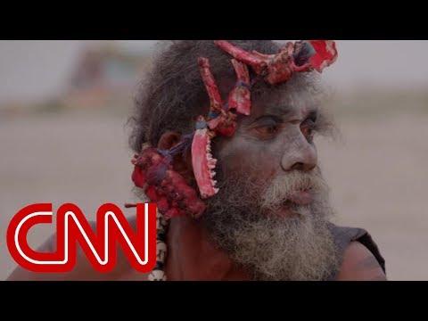 這位CNN主持人與印度教分支信徒「一起吃人腦」,過後還被威脅要把他的人頭砍下來…!