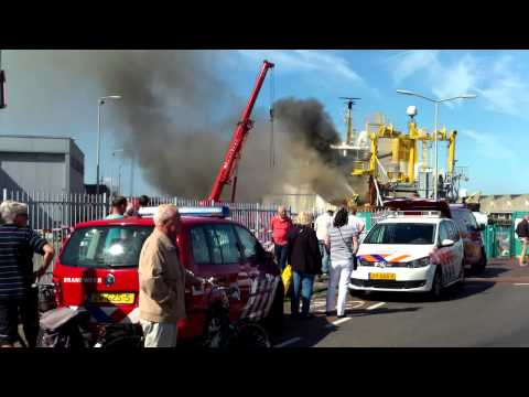 sch - ZIE DEEL 3 voor de dag erna // Zie deel 1 voor meer / See part 1 for more == fire onboard this huge fishingvessel in the port of SCheveningen / The Hague ===...
