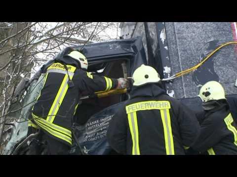 Korbach: Lkw-Fahrer im Führerhaus eingeklemmt