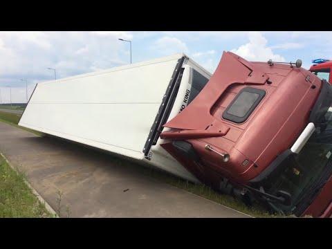 Wideo1: Ciężarówka z naczepą wpadła do rowu przed Maryszewicami