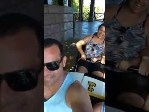 Pai quase morre em montanha russa ao lado da família no Beto carreiro Word