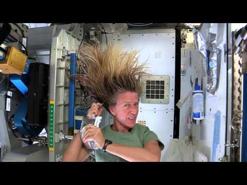 Cómo lavarte el pelo en el espacio