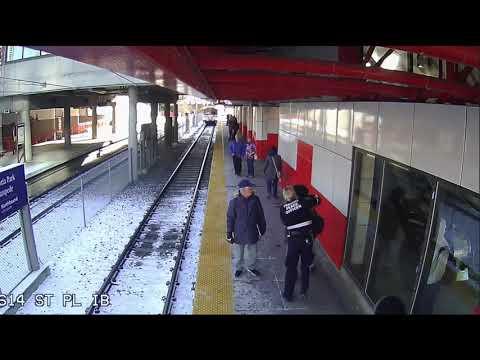 Kobieta wpycha babcie pod nadjeżdżający pociąg…