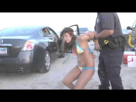 美國警察不是鬧著玩的,這就是比堅尼妹拒捕的下場…天啊真是讓人想不到!