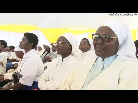 Kabgayi, 07-10-2017: S.Exc. Mgr salue l'assemblée des fidèles et leur souhaite la bienvenue à la Cérémonie de clôture du Jubilé