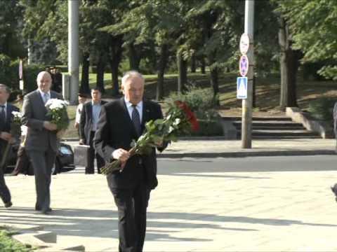 Președintele Nicolae Timofti a depus flori la monumentul lui Ștefan cel Mare și Sfânt din Capitală