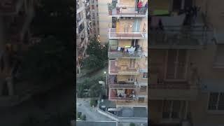 Włosi wyszli na swoje balkony i odśpiewali hymn. Wzruszające!