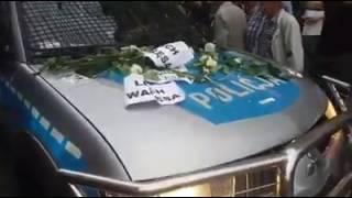 Radiowóz udekorowany białymi różami. Fantastyczny widok.