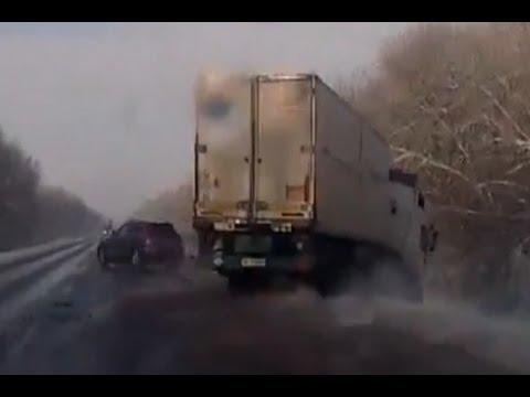 Lastbil blir knuffad av vägen